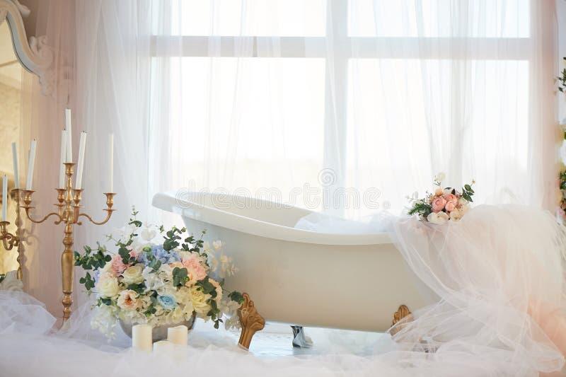 Ванна на лапках льва золотых Атмосфера романс и любов Светлое внутреннее, шифоновый, цветки стоковые фото