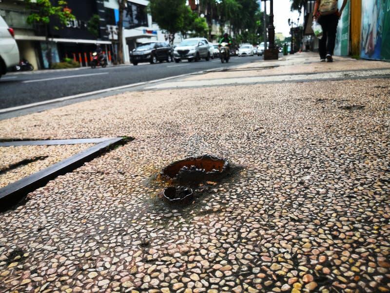 вахта шага ваш на пешеходной прогулке, мы также должны быть осторожным этого вида препоны который конечно ушибет наши ноги стоковое изображение