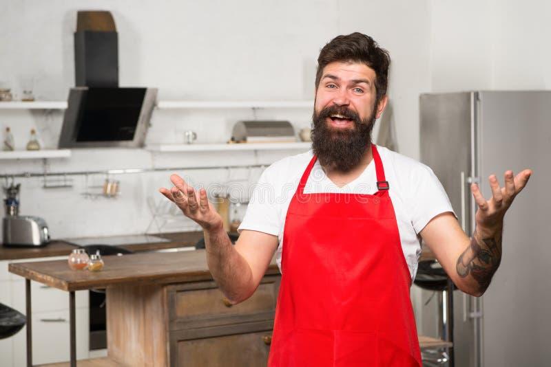 Варить в новой кухне Нужна кулинарная воодушевленность Выходные начинают от вкусного завтрака как повернуть варить дома в стоковые изображения