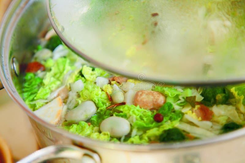 Варить суп овощей Концепция еды, здоровья и питания стоковое фото rf