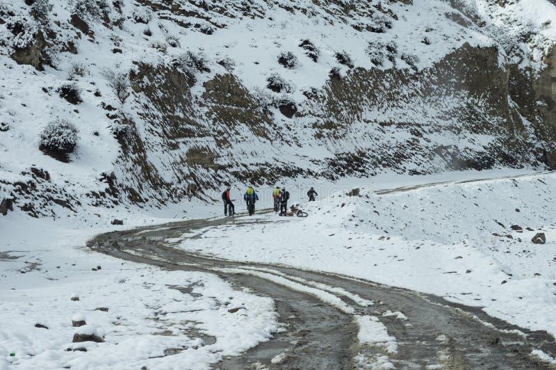Велосипедисты на дороге Snowy стоковая фотография rf