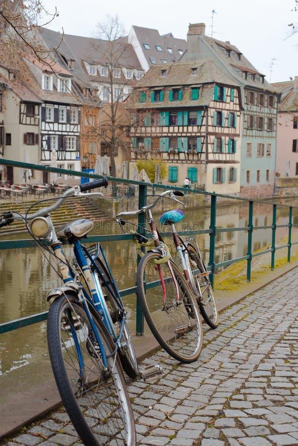 Велосипеды страсбурга перед рекой стоковая фотография