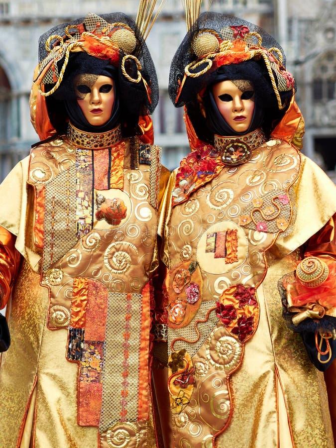 Венеция, Италия - человек 1-ое марта 2019 2 одел с костюмами Венеции представляет для фото в аркаде Сан Marco стоковые изображения