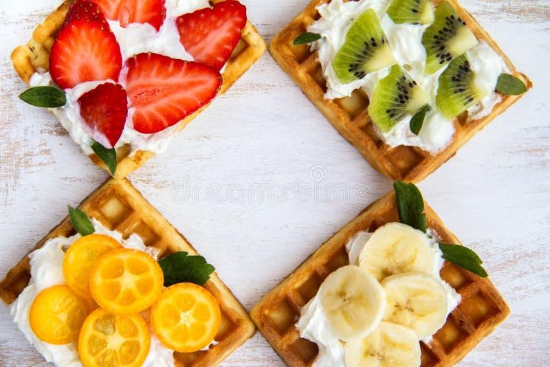 Венские вафли с плодом и сливк стоковые изображения rf