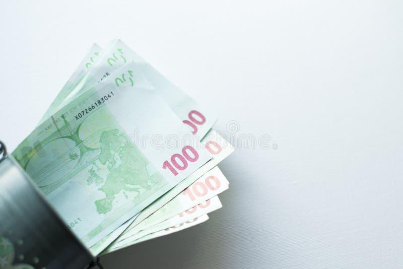 Ведро заполненное с сериями евро денег изолированными на белой предпосылке стоковые изображения