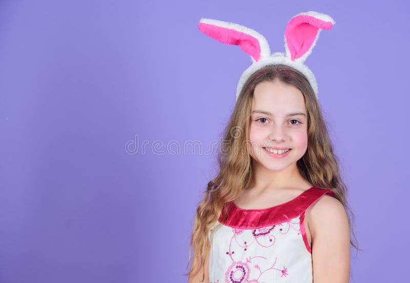 Весна природы путь говорить позволяет партии Уши зайчика маленькой девочки нося Небольшая девушка в держателе зайчика для пасхи стоковая фотография