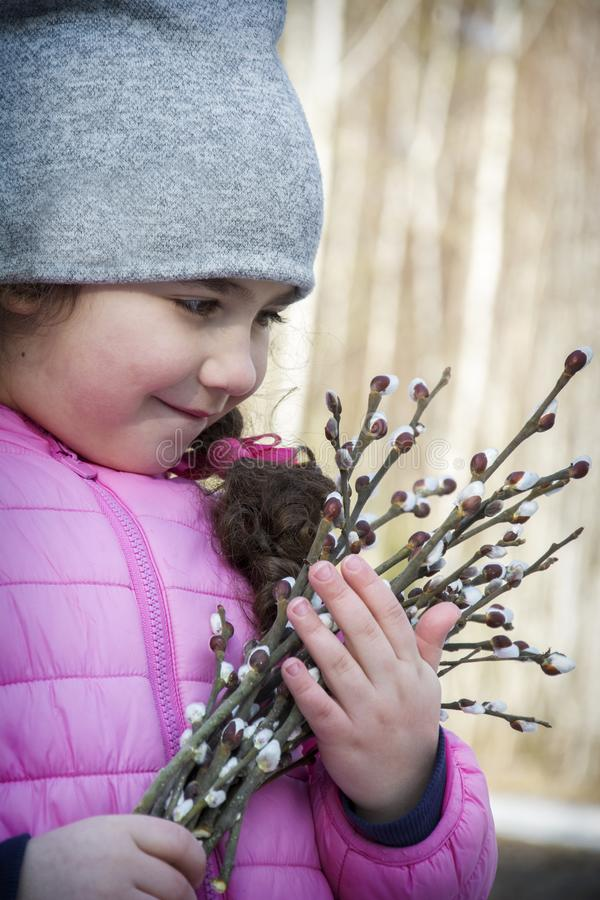 Весной в стойках леса маленькая девочка с букетом вербы стоковые изображения