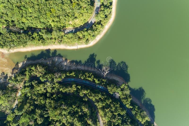 Верхний спуск от вида с воздуха трутня тропического леса с дорогой асфальта вокруг запруды стоковое изображение rf