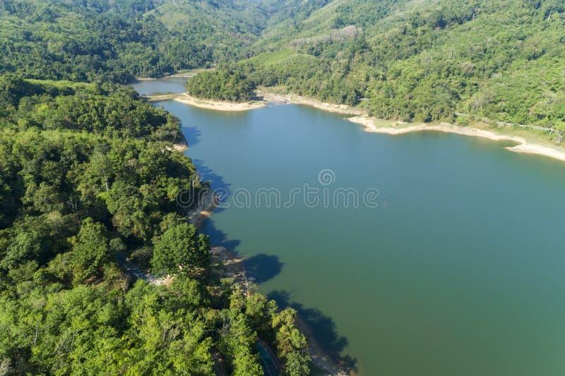 Верхний спуск от вида с воздуха трутня тропического леса с дорогой асфальта вокруг запруды стоковые фотографии rf