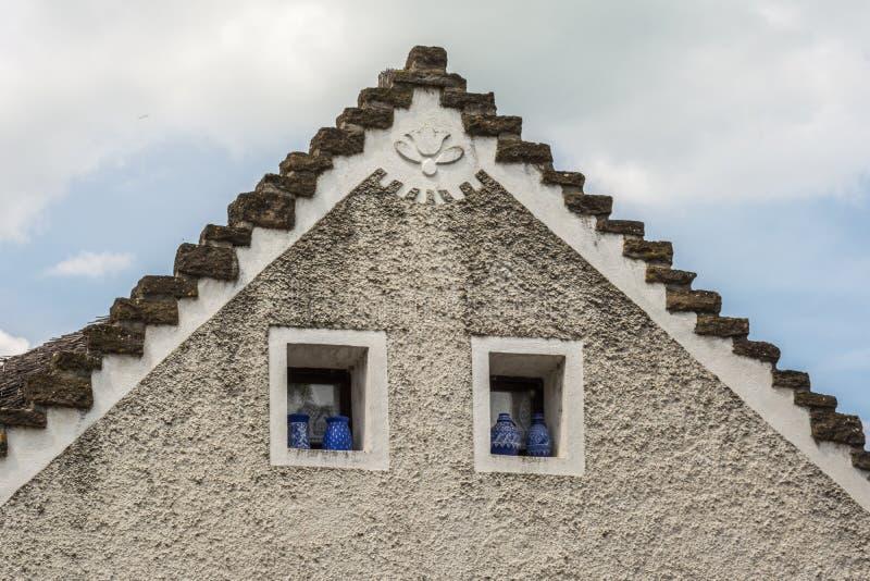 Верхний фронт традиционного венгерского дома стоковые изображения