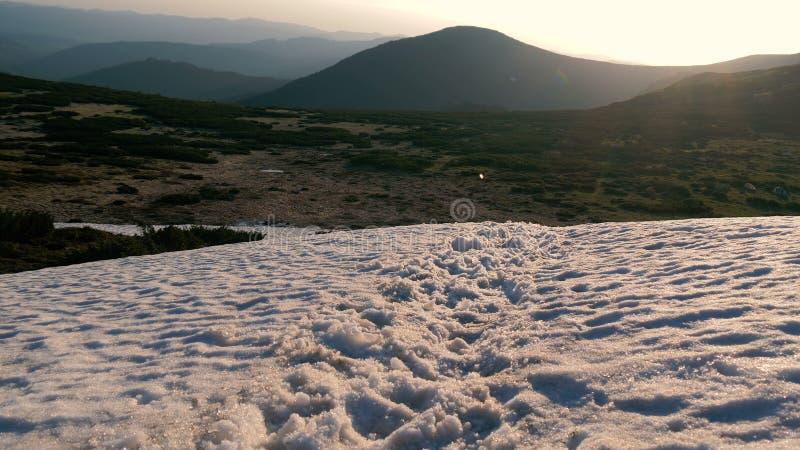 Верхняя часть горы предусматриванная со снежными смещениями в Карпат в осени стоковое изображение rf