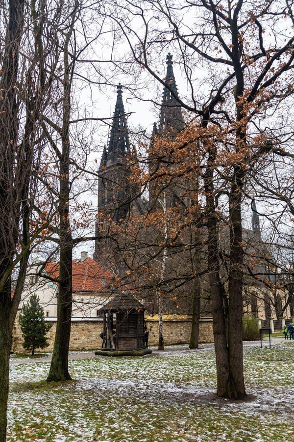 Взгляд базилики Святых Питер и Пол в Vysehrad в Праге стоковые изображения rf
