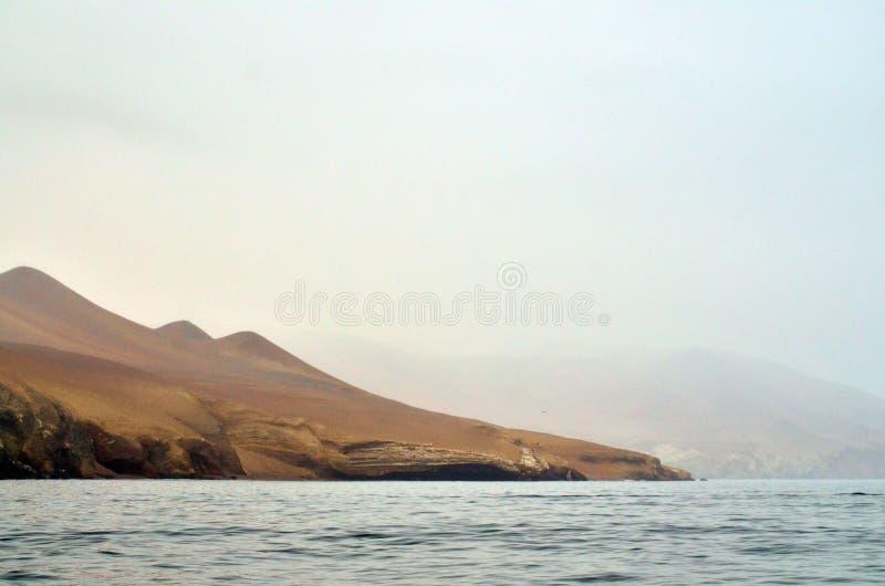 Взгляд гор в пасмурном дне стоковая фотография rf