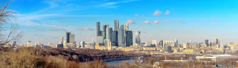 Взгляд города Москвы с холмами Vorobyovy стоковые фотографии rf