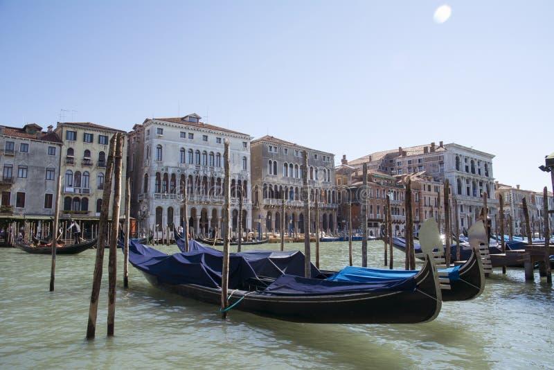 Взгляд городского пейзажа Венеции на грандиозном канале с красочными зданиями и шлюпками на восходе солнца Красивые гондолы в кан стоковое фото rf
