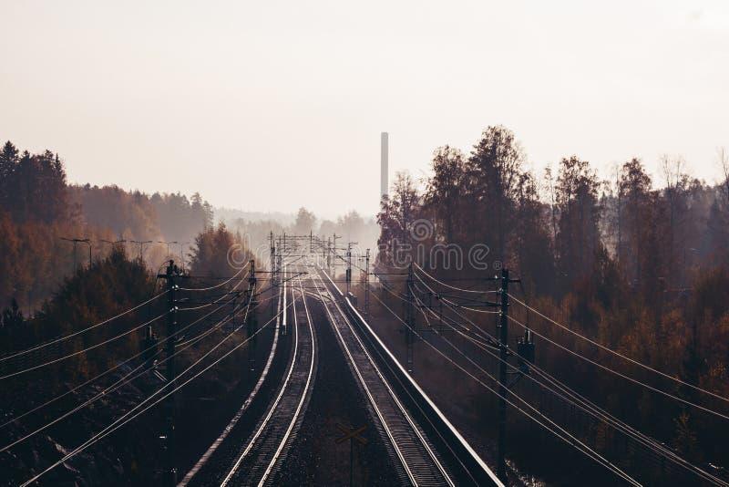 Взгляд железнодорожных путей в утре с туманом, ванта Финляндией стоковое фото rf