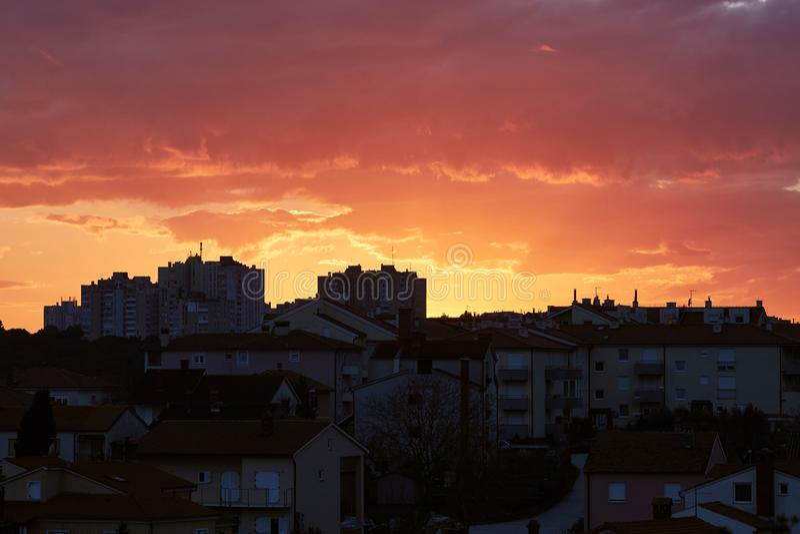 Взгляд захода солнца городской, малиновое небо стоковое фото