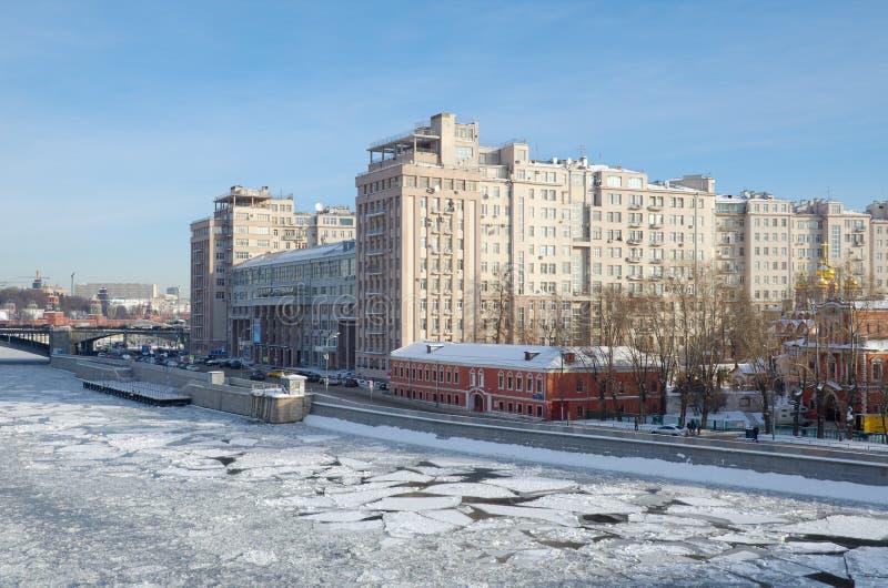 Взгляд зимы обваловки Bersenevskaya и дома на обваловке, Москве, России стоковое изображение