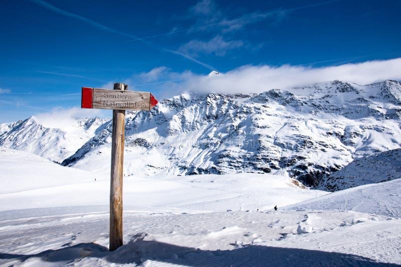 Взгляд знака около пика Punta Сан Matteo в Альп стоковая фотография rf