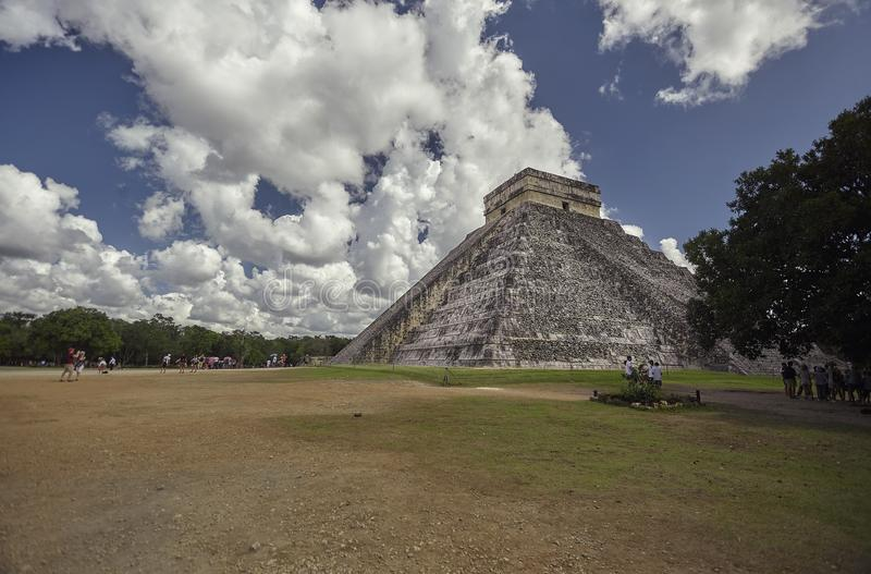 Взгляд 3/4 из пирамиды Chichen Itza стоковое фото rf