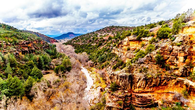 Взгляд каньона заводи дуба смотря к Sedona в северной Аризоне, США Фото принято от моста Midgely на Аризоне SR89A стоковая фотография rf