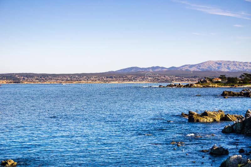 Взгляд к заливу Монтерей от любовников указывает, Тихая океан роща, Калифорния стоковое фото rf