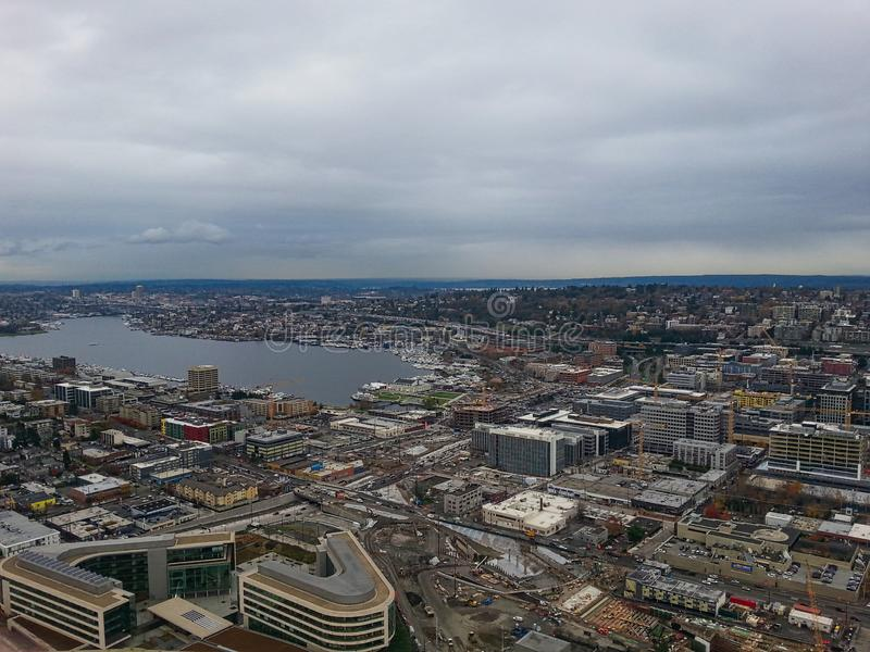 взгляд к небоскребам и заливу стоковое изображение