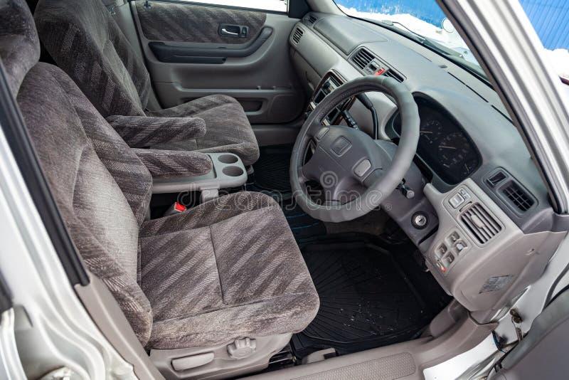 Взгляд к inerior поколения Honda CR-V первого с передними местами, рулем и приборной панелью после очищать перед продажей в a стоковое изображение