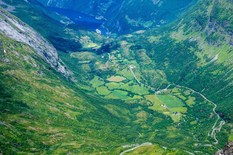 Взгляд лета над зеленой долиной Geiranger в Норвегии от горы Dalsnibba стоковые изображения