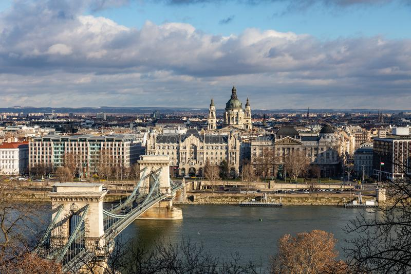 Взгляд моста Szechenyi цепного через базилика ½ s ¿ Дунай и St Stephenï в Будапеште, Венгрии стоковая фотография rf