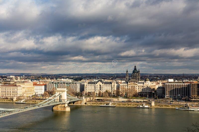 Взгляд моста Szechenyi цепного через базилика ½ s ¿ Дунай и St Stephenï в Будапеште, Венгрии стоковые изображения rf