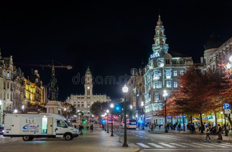 Взгляд ночи на городской ратуше Порту Dos Aliados Avenida Португалия стоковые изображения