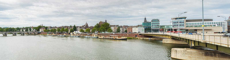 Взгляд панорамы Маастрихта и банков Мёза стоковые фотографии rf