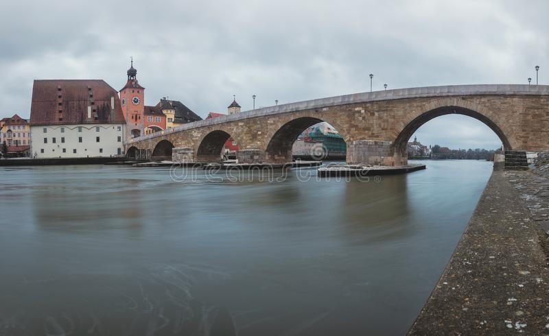 Взгляд панорамы от Дунай и каменного моста в Регенсбурге стоковые фото