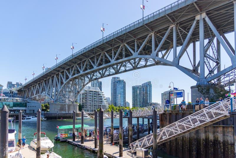 Взгляд перспективы моста острова Granville на день лет стоковая фотография