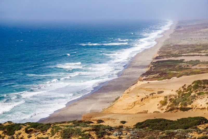Взгляд пляжа от следа к маяку в бечевнике Reyes пункта национальном, Калифорния стоковые изображения