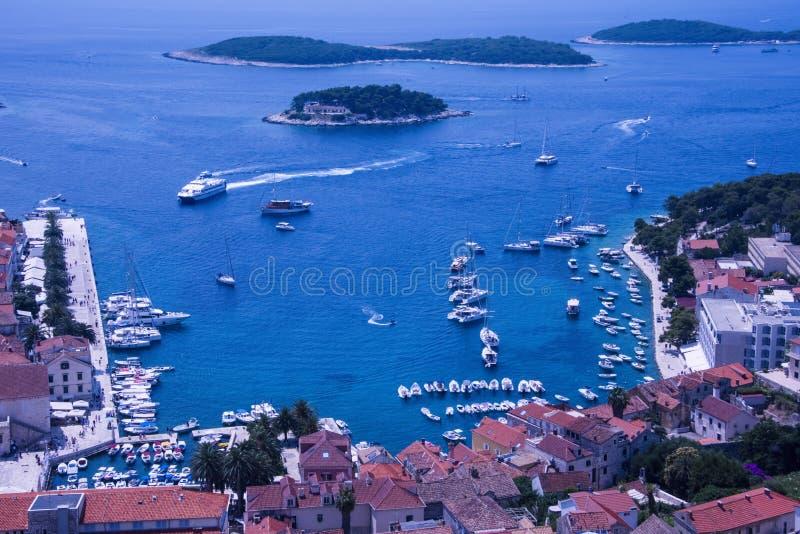 Взгляд порта & Марины городка Hvar старых, смотря сверху стоковые фотографии rf