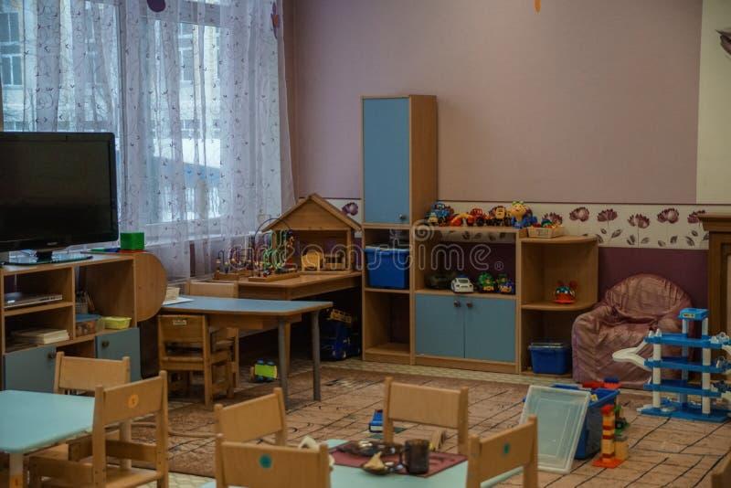 Взгляд детского сада пустой крытый Стулы и таблицы мебель стоковое изображение