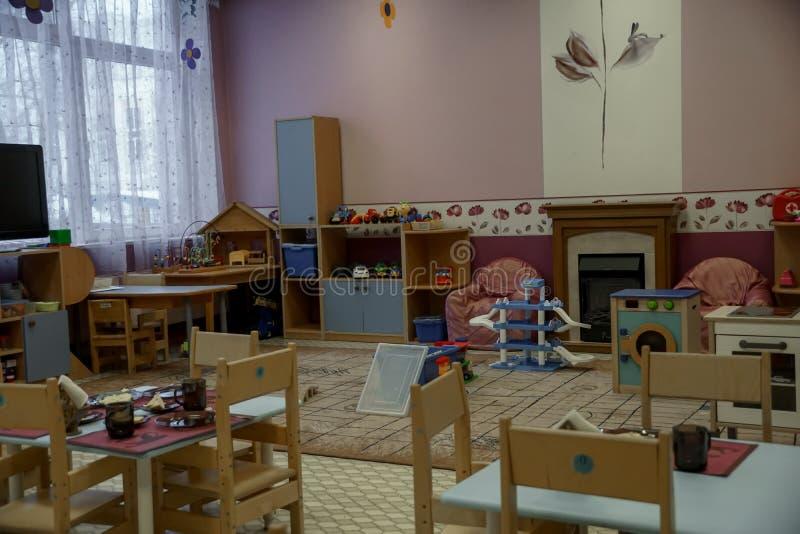 Взгляд детского сада пустой крытый Стулы и таблицы мебель стоковые фото