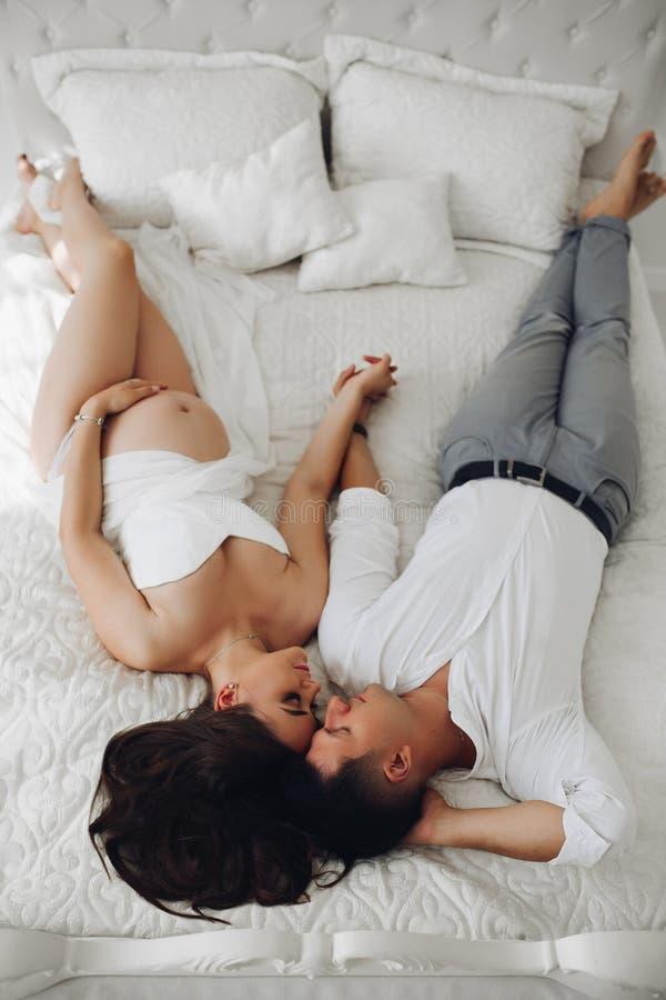 какие там жена лежит на спине муж ее трахает сина