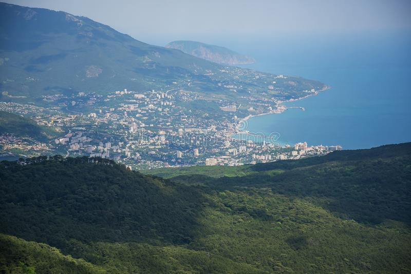 Взгляд сверху курортного города на пляже стоковая фотография
