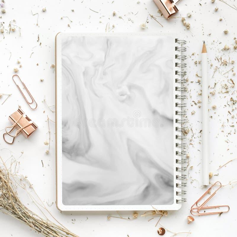 Взгляд сверху насмешливых поднимающих вверх аксессуаров и сухого цветка на белой таблице стола плоский положенный дизайн, элегант стоковые фотографии rf