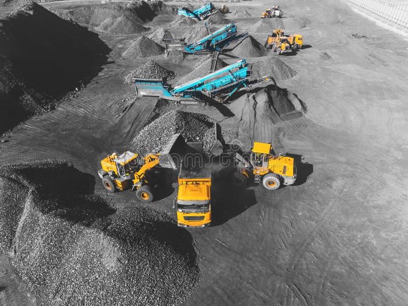 Взгляд сверху, на угольном шахт процессе сортировать Шахта открытого карьера, минируя антрацит экстрактивной индустрии угля стоковое изображение rf
