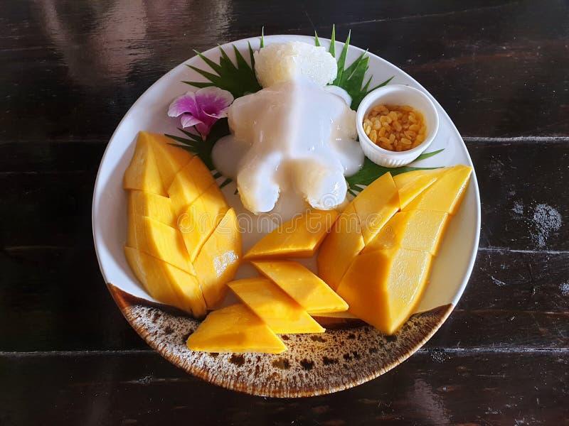 Взгляд сверху риса тайского манго липкого покрыл со сливк кокоса стоковая фотография