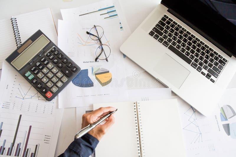 Взгляд сверху, ручка удерживания руки бизнесмена левая писать отчет стоковые фото
