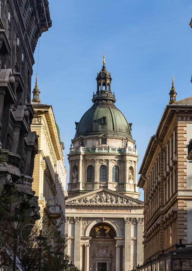 Взгляд с улицы базилики St Stephen в Будапеште, Венгрии стоковые фото
