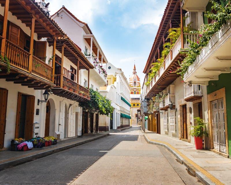 Взгляд улицы и собор - Cartagena, Колумбия стоковые изображения rf