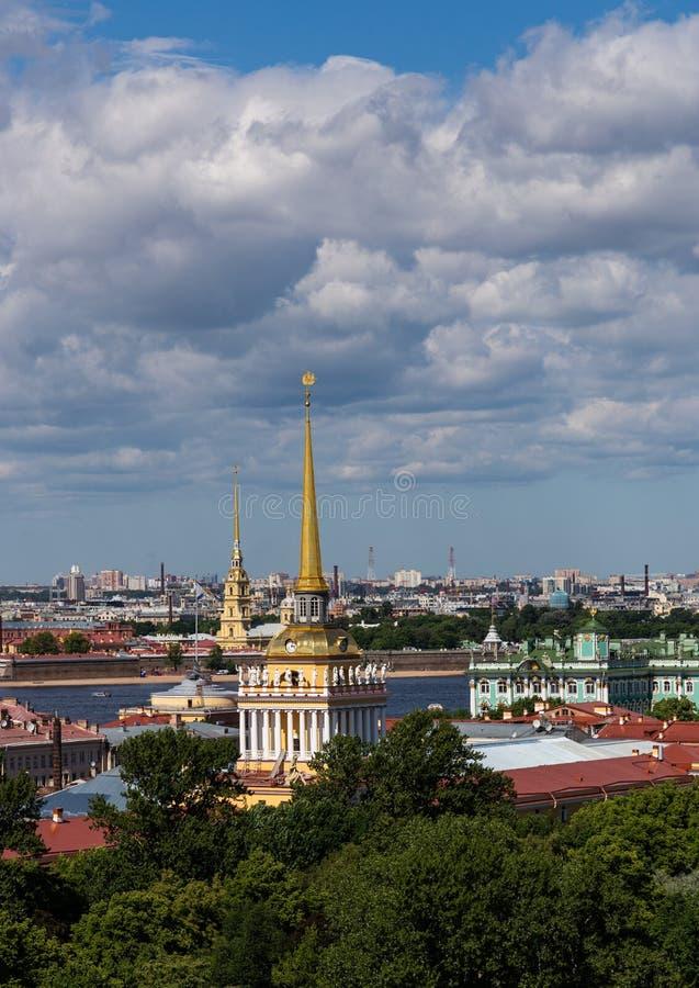 Взгляд шпиля Адмиралитейства в центре Санкт-Петербурга Россия стоковые фотографии rf