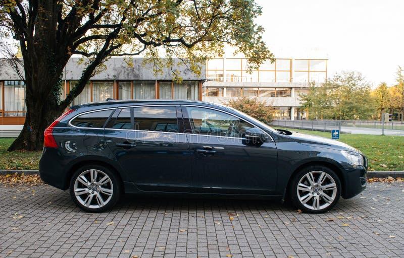 Взгляд со стороны нового автомобиля Volvo электрического припаркованного перед федеральным Конституционным Судом стоковая фотография