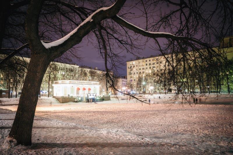 Взгляд области около прудов Patriarshiye прудов патриарха Примеры домов сталинист стиля архитектуры стоковое изображение